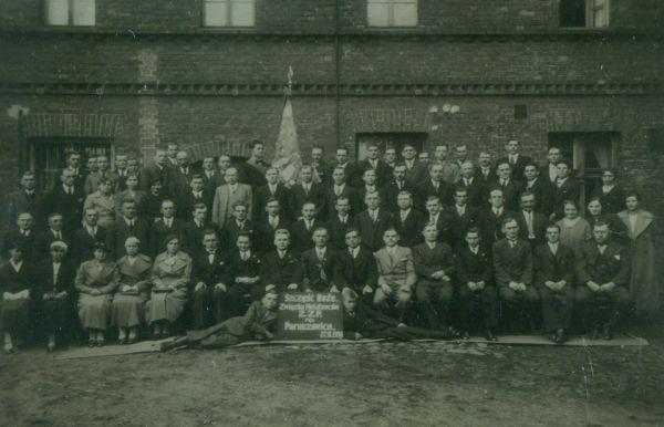 Fotografia zbiorowa, przedstawia 4 rzędy mężczyzn ikobiet. pośrodku sztandar Związku Zawodowego