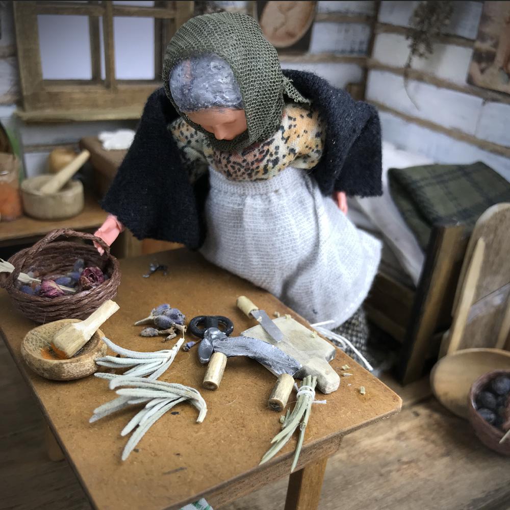 Fotografia postać kobieca opiera się ostół zapełniony ziołami